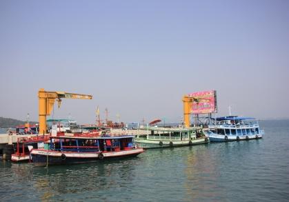 Vanaf Ko Samet gaan we met een kleurige ferry terug naar het vaste land, terug naar Bangkok.