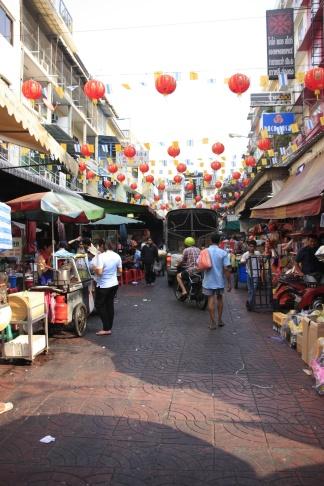 Met de waterbus zijn we naar Chinatown gegaan: de geur is iedere meter anders. De allerkleinste straatjes blijken de locaties te zijn van groothandels van tassen, hoedjes en slippers. De kleine winkeltjes liggen tot het plafond volgestapeld met waren.