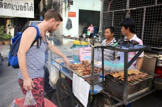 Bij eetstalletjes op straat als heb je de keuze uit kip-, spek- of worstspiesjes. Ron miest uiteraard ook even de pittige sauzen proberen, tot plezier van de verkopers.