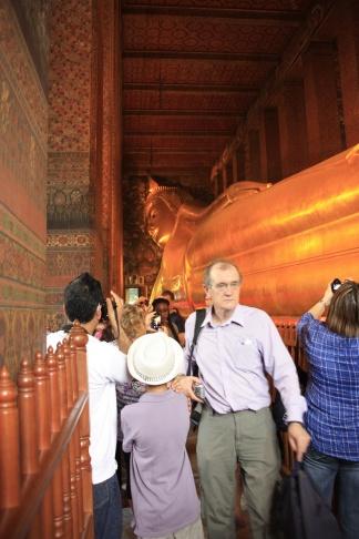 In bangkok hebben we de tempels bezocht van Wat Pho, het huis van de reclining buddha. Foto's zonder andere toeristen erop zijn helaas niet te maken :)