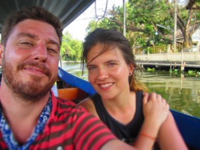 Vanaf de tempel crossen we met een longtailboat terug naar het centrum van Bangkok.