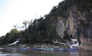 De Pak Ou Caves aan de Mekong. In de grot bevinden zich duizenden boeddhabeelden die daar o.a. zijn neergezet door pelgrims.