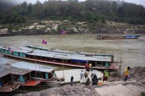 Dag 2. De boten liggen al vroeg klaar om de honderden reizigers naar Luang Prabang te brengen.
