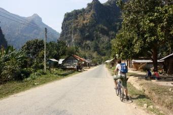In Nong Khiaw huren we weer fietsen om de omgeving te bekijken