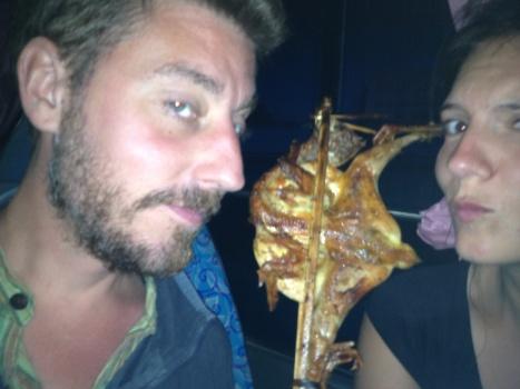 Na een lange busreis eet je natuurlijk platgeslagen kip op een stokkie