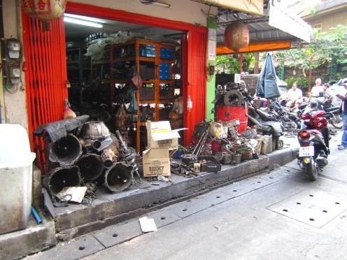 Straten vol met autoonderdelen in Bangkok