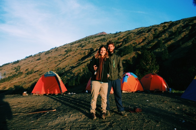 Na de eerste dag van de rinjanitrekking op 2600 meter hoogte slapen