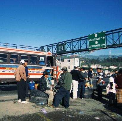 Overstappen op een andere bus tussen Lago Atitilan en Chichicastenango
