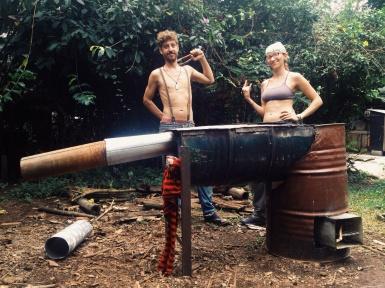 Ron heeft een 'rocket stove' gebouwd, samen met Jackie, en heeft zo leren lassen.