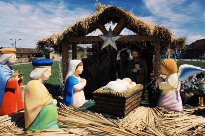 Overal waar we komen bezoeken we de plaatselijke kerststal