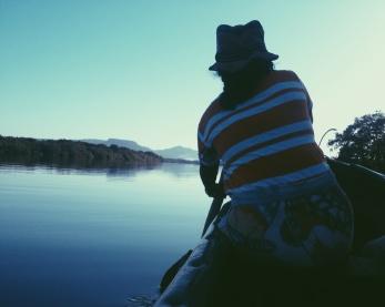 Met een kano door de mangrove bij Jiquilillo. De paden op, de kano in.