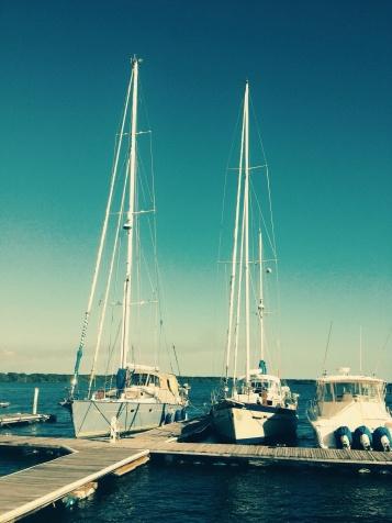 In Juayua onmoeten we Chuck, die ons uitnodigt om op een jacht aan de Costa del Sol (die in El Salvador) te komen slapen