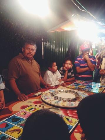 In Nederland speel je roulette in het casino. In Juayua (El Salvador) speel je het op straat, mits je 18 jaar of jonger bent. Rien ne va plus!